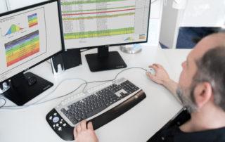 Mitarbeiter vor Bildschirmen bei der productware