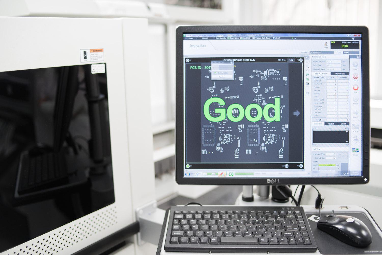 Computer zeigt positives Testergebnis. Änderungsmanagement bei Productware.