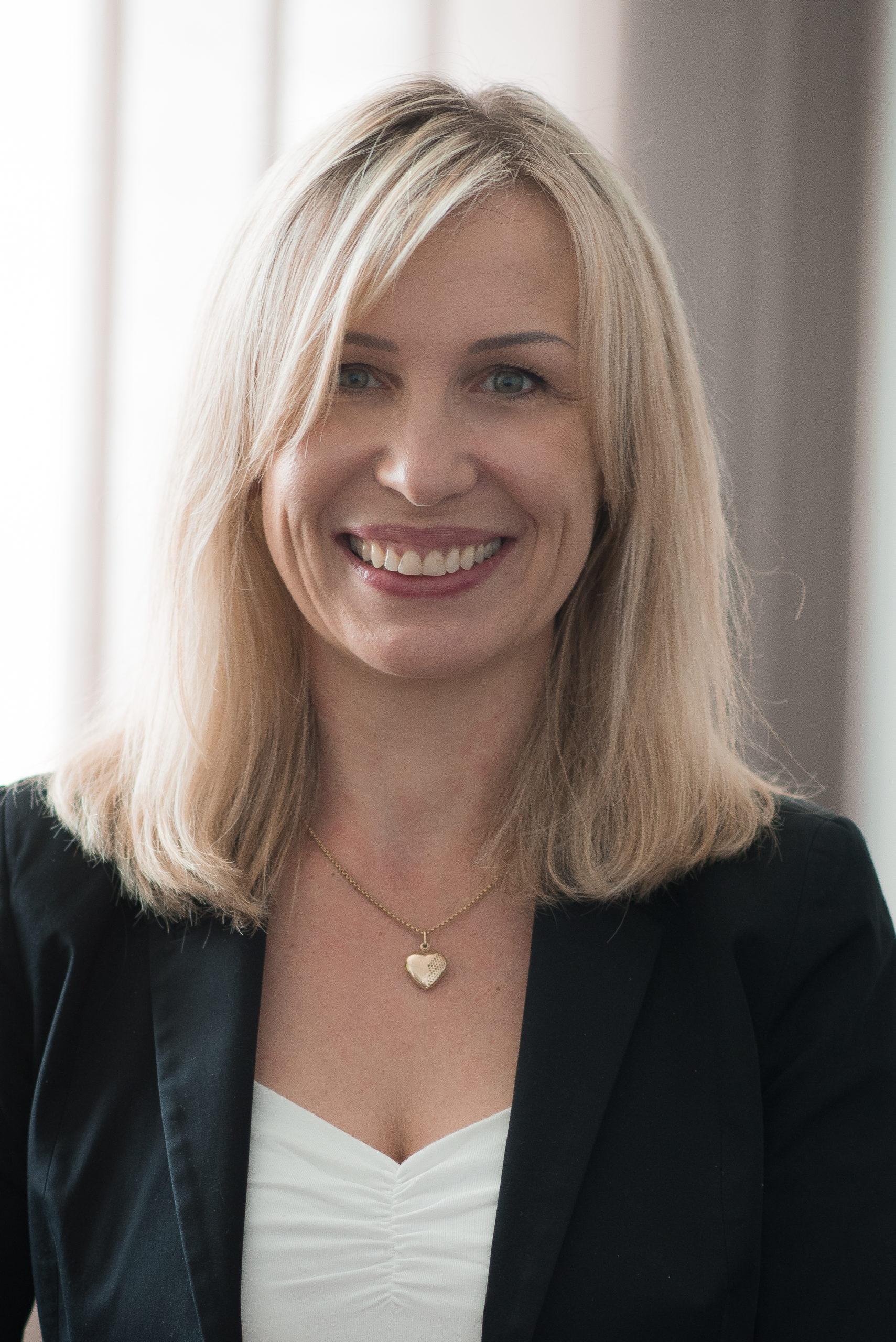 Portraitfoto von Agnieszka Zeller, Leiterin Buchhaltung und Controlling der productware